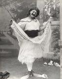 Homme dans des chaussures de clown habillées dans l'entrave photo stock