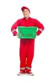 Homme dans des combinaisons rouges avec le chariot de supermarché d'achats Photos stock