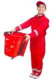 Homme dans des combinaisons rouges avec le chariot de supermarché d'achats Photographie stock