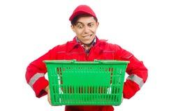 Homme dans des combinaisons rouges avec le chariot de supermarché d'achats Photo stock