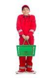Homme dans des combinaisons rouges avec le chariot de supermarché d'achats Image libre de droits