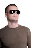Homme dans des lunettes de soleil d'isolement sur le blanc Images stock