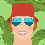 Homme dans des lunettes de soleil reflétées et un chapeau rouge Photo stock