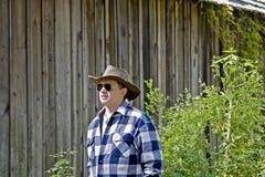 Homme dans des lunettes de soleil regardant hors fonction photo libre de droits