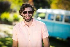 Homme dans des lunettes de soleil se tenant en parc Photo stock
