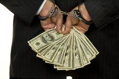 Homme dans des menottes avec de l'argent Photos stock