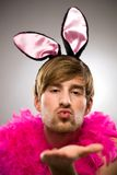 Homme dans des oreilles de lapin soufflant le baiser Photo libre de droits
