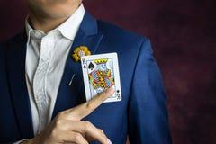 Homme dans des pelles bleues de roi de cueillette de costume photo stock