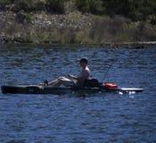 Homme dans des poissons de kayak au lac Cachuma en Santa Barbara County photo libre de droits