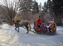 Homme dans des vêtements russes avec le cheval décoré des vacances de Image stock