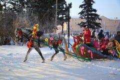 Homme dans des vêtements russes avec le cheval décoré des vacances de Images stock