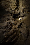 Homme dans explorer souterrain de caverne Photo stock