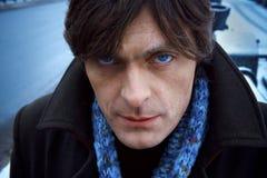 Homme dans l'écharpe bleue, jour, extérieur photos stock