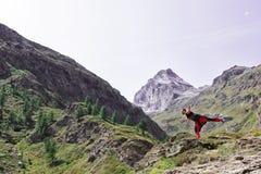 Homme dans l'équilibre dans un paysage montagneux image stock