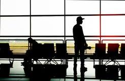 Homme dans l'aéroport Avion, vue de terminal d'aéroport foyer sélectif, concept de voyage Photographie stock