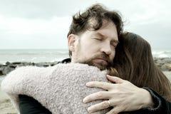 Homme dans l'amour étreignant l'amie heureuse Photo libre de droits