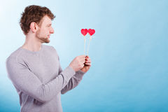 Homme dans l'amour avec des coeurs Photo stock