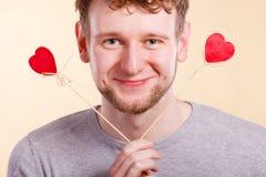 Homme dans l'amour avec des coeurs Image stock