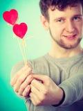 Homme dans l'amour avec des coeurs Images stock