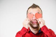 Homme dans l'amour avec des coeurs sur des yeux Photographie stock
