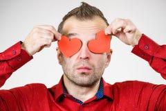 Homme dans l'amour avec des coeurs sur des yeux Photo stock