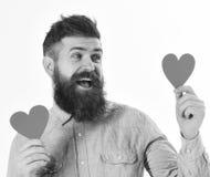 Homme dans l'amour avec l'expression heureuse Portrait d'homme barbu bel dans la chemise de denim avec des coeurs Photo stock