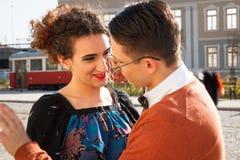 Homme dans l'amour avec la femme de sourire regardant l'oeil pour s'observer dedans Image libre de droits