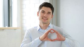 Homme dans l'amour avec le signe de coeur, d'intérieur Images stock