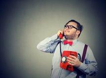 Homme dans l'amour parlant au téléphone rouge antique Photographie stock libre de droits