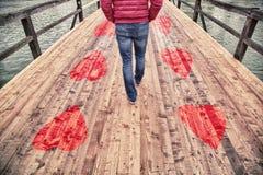 Homme dans l'amour seul marchant images libres de droits