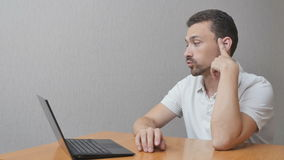 Homme dans l'anticipation au sujet du carnet clips vidéos