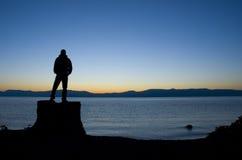 Homme dans l'avant sur le lac Photographie stock libre de droits