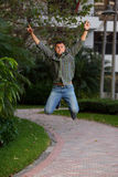Homme dans l'entre le ciel et la terre sautant pour la joie Image libre de droits