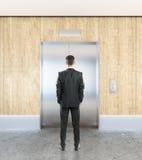 Homme dans l'intérieur avec l'ascenseur Images libres de droits