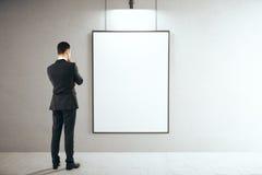 Homme dans l'intérieur avec le cadre vide Image libre de droits