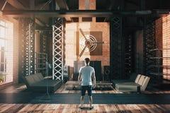 Homme dans l'intérieur de style de hangar Photographie stock