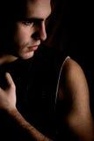 Homme dans l'obscurité Image stock