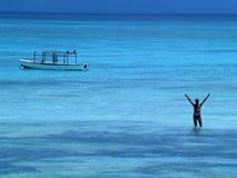 Homme dans l'Océan Indien. Photos stock
