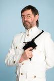 Homme dans l'officier de forme avec un canon Photo libre de droits