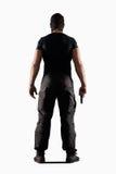 Homme dans l'uniforme noir avec l'arme à feu d'isolement sur le blanc photographie stock libre de droits