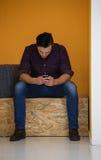 Homme dans la boîte crative travaillant au téléphone intelligent Image stock