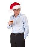 Homme dans la boisson de fixation de chapeau de Santa Images stock