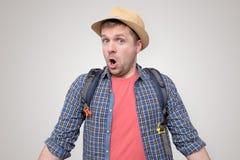 Homme dans la bouche d'ouverture de chapeau d'?t? dans le choc image libre de droits