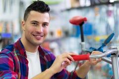 Homme dans la boutique de vélo Image libre de droits