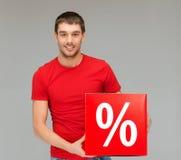 Homme dans la chemise avec le signe rouge de vente de pour cent Photographie stock