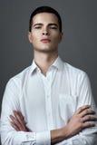 Homme dans la chemise avec les boutons déboutonnés Photo stock