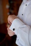Homme dans la chemise blanche près des boutons de manchette de robe de fenêtre Images stock