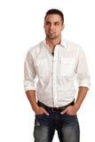 Homme dans la chemise et des jeans blancs Photo libre de droits