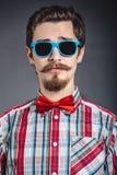 Homme dans la chemise et le noeud papillon de plaid avec des verres photographie stock libre de droits