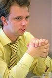 Homme dans la chemise jaune Photographie stock libre de droits